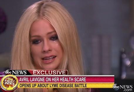 Avril Lavigne in lacrime, rompe il silenzio dopo due anni di malattia: ecco di cosa soffre