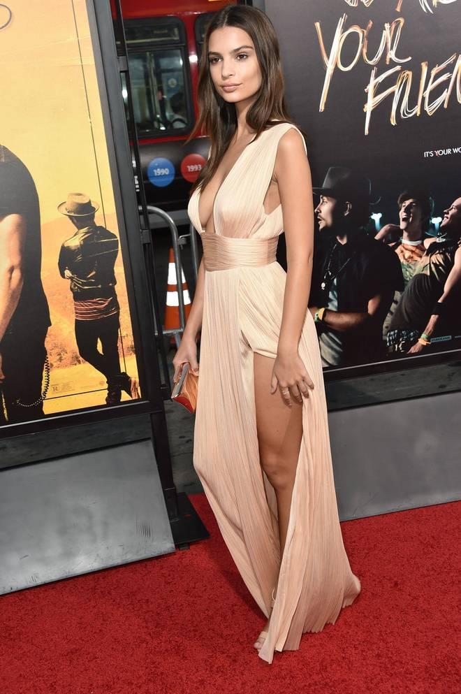 Il vestito della bella Emily vola via col vento, Zac Efron non sa più dove guardare