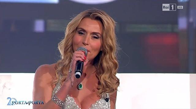 "Valeria Marini canta ""Happy Birthday"" a Porta a Porta, l'ironia impazza sul web"