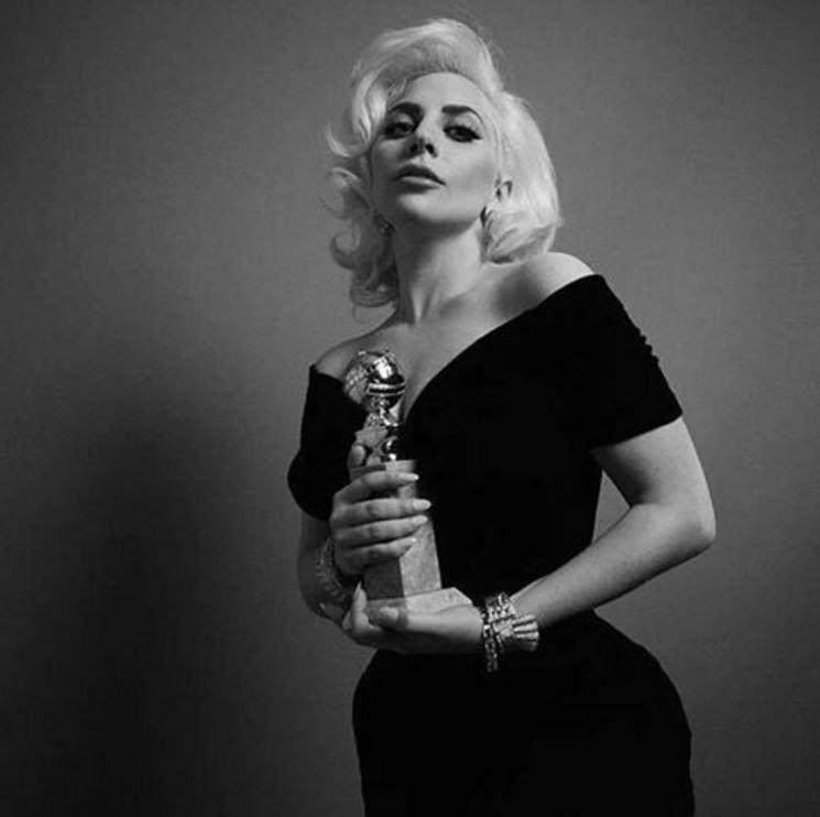 Lady Gaga inarrestabile: canta l'inno al Super Bowl e omaggia Bowie ai Grammy