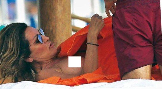 Daniela Santanchè e l'incidente hot: fuori di seno al Twiga col fidanzato